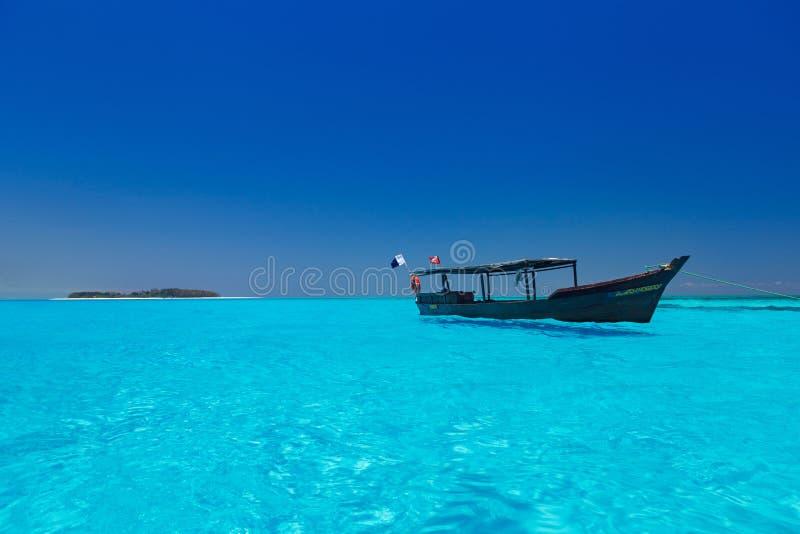 Houten boot in kernachtig blauw water royalty-vrije stock fotografie