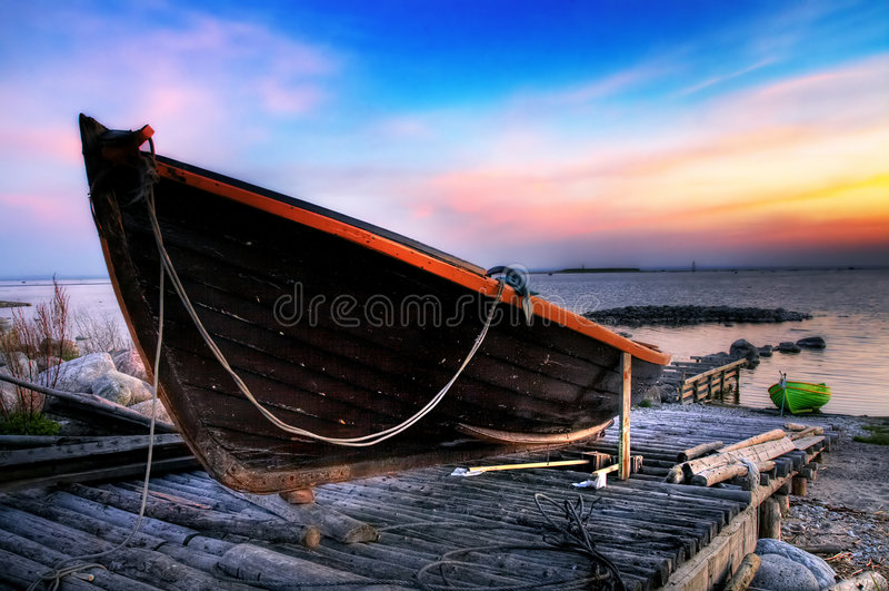 Houten boot op een meertros royalty-vrije stock afbeelding