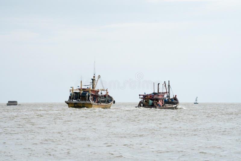 Houten boot op het overzees stock afbeeldingen