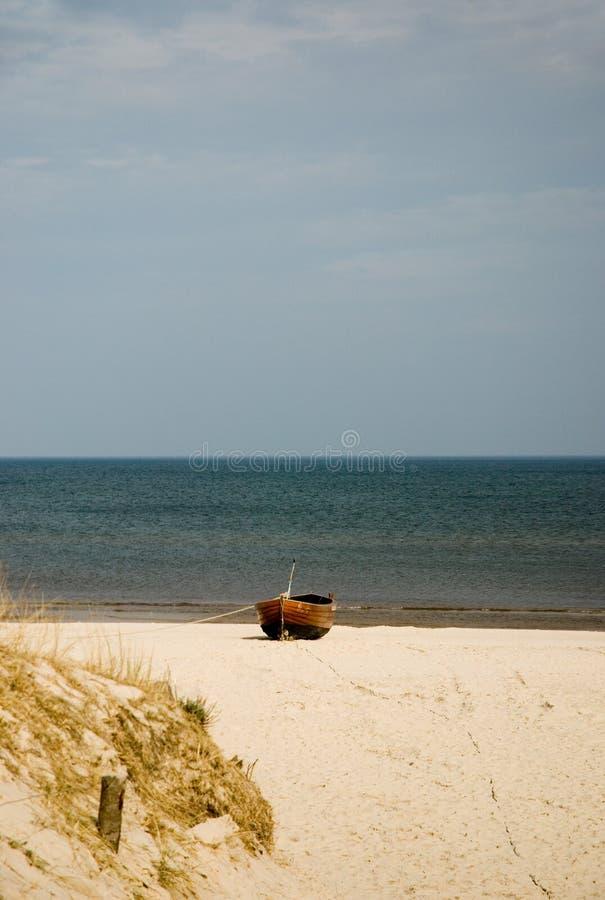 Houten boot op het strand stock afbeeldingen