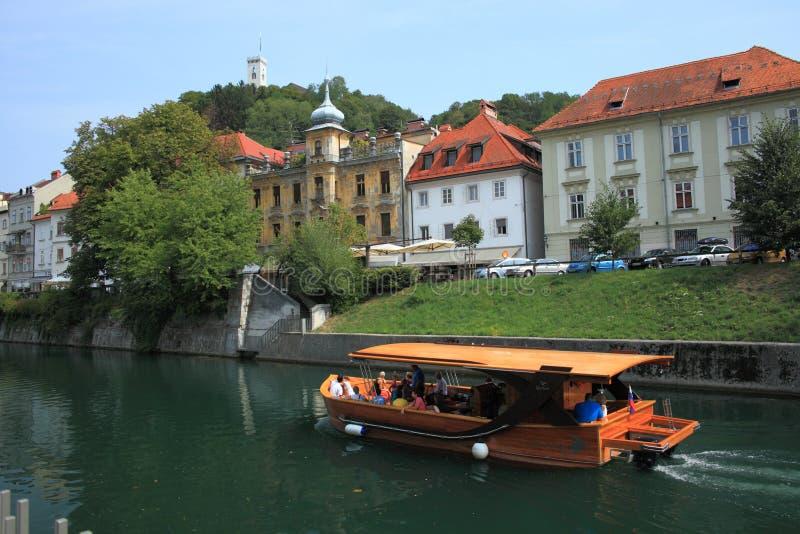 Houten boot op Ljubljanica stock foto's