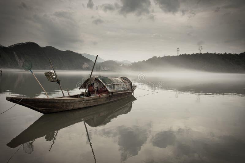 Houten boot op rivier royalty-vrije stock foto's