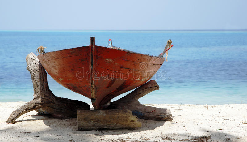 Houten Boot op Zonnig Strand royalty-vrije stock foto