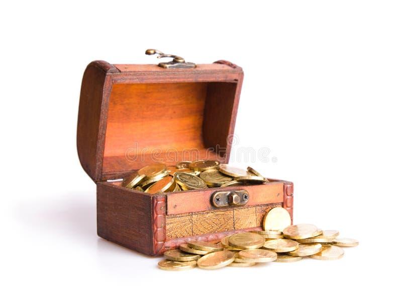 Houten borst die met muntstukken wordt gevuld stock foto's