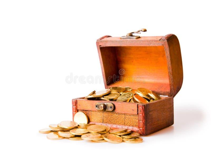 Houten borst die met muntstukken wordt gevuld royalty-vrije stock foto