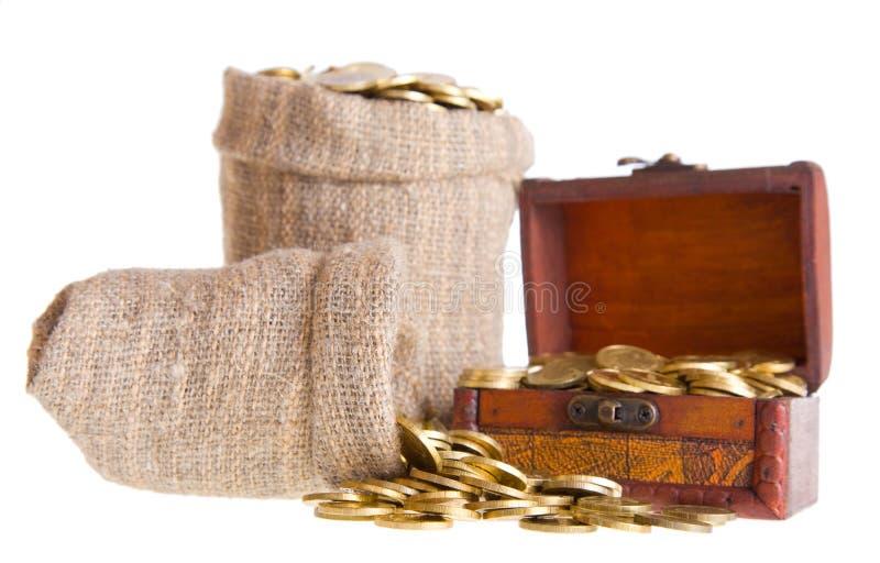 Houten borst en twee die zakken met muntstukken wordt gevuld stock fotografie
