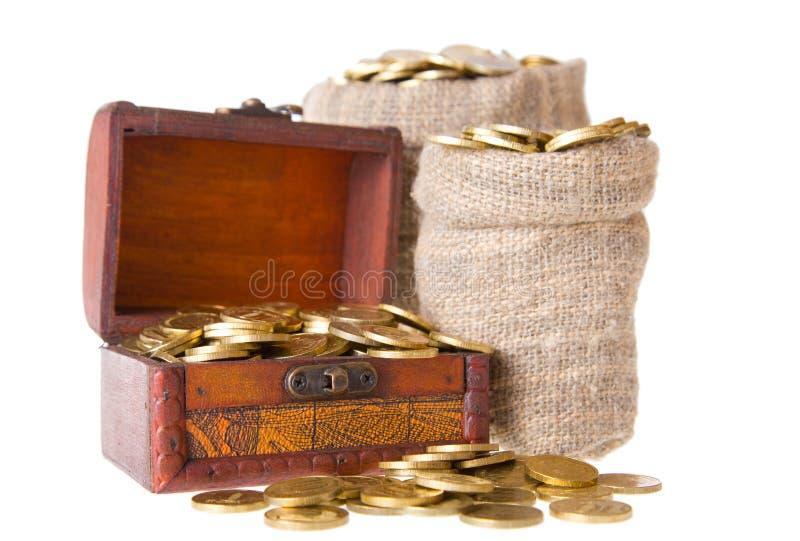 Houten borst en twee die zakken met muntstukken wordt gevuld royalty-vrije stock afbeeldingen