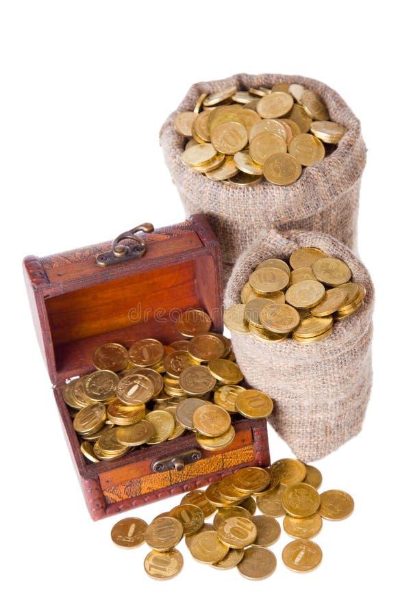Houten borst en twee zakken die met muntstukken wordt gevuld royalty-vrije stock fotografie