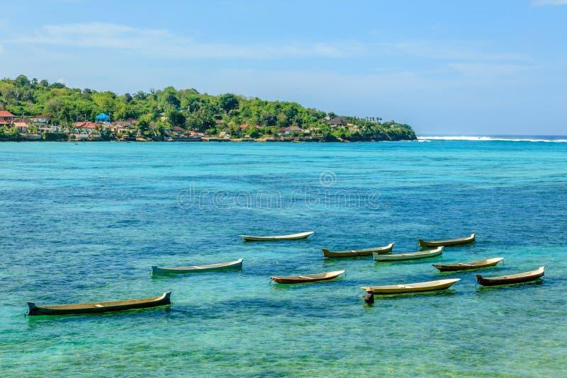 Houten boten in de Indische Oceaan dichtbij Nusa Lembongan, Indonesië royalty-vrije stock foto's