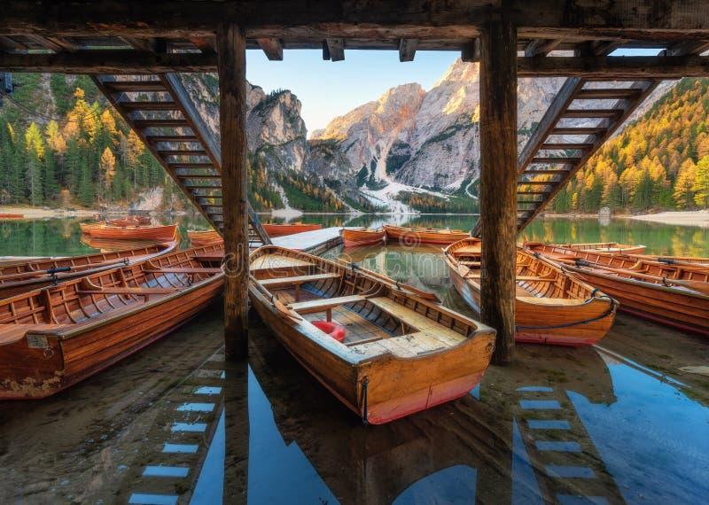 Houten boten dichtbij het huis in Braies-meer bij zonsopgang in de herfst royalty-vrije stock afbeelding