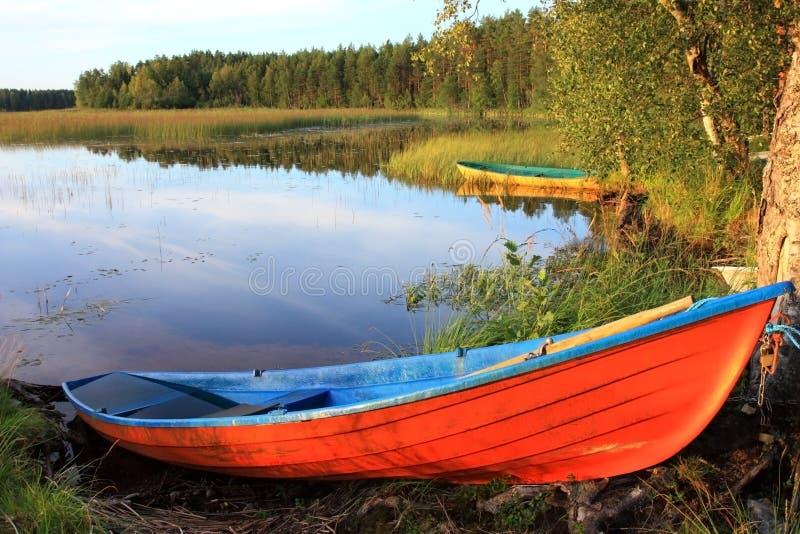 Houten boten op het meer. stock afbeeldingen