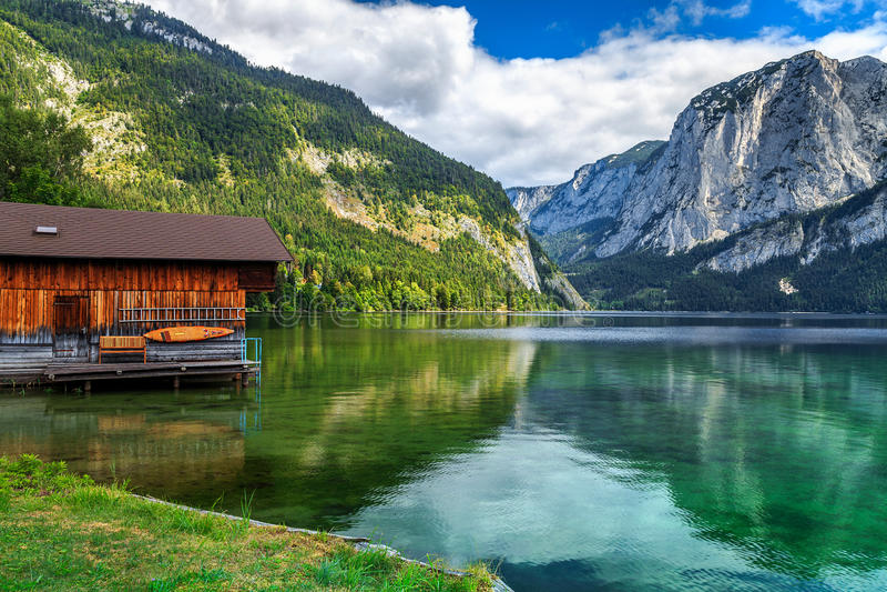 Houten botenhuis op het meer, Altaussee, Salzkammergut, Oostenrijk, Europa royalty-vrije stock afbeeldingen