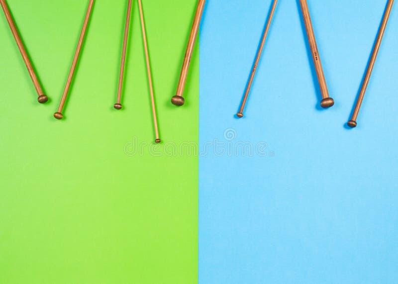 Houten breinaaldenkader op kleurrijke achtergrond stock fotografie
