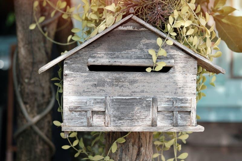 Houten brievenbus in bloemtuin, uitstekende toon stock foto's
