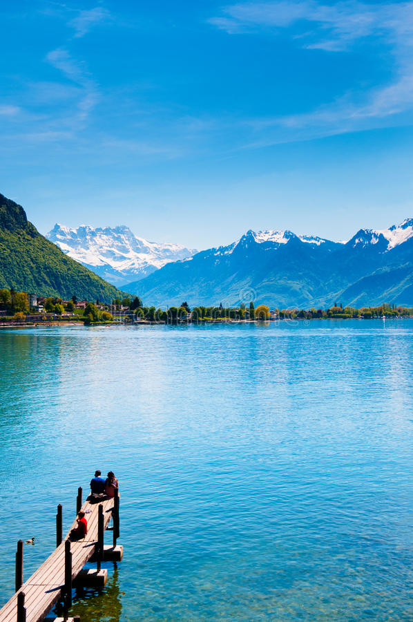 Houten brug bij Chillon-kasteel, Meer Genève, Montreux, Switzerl stock foto's