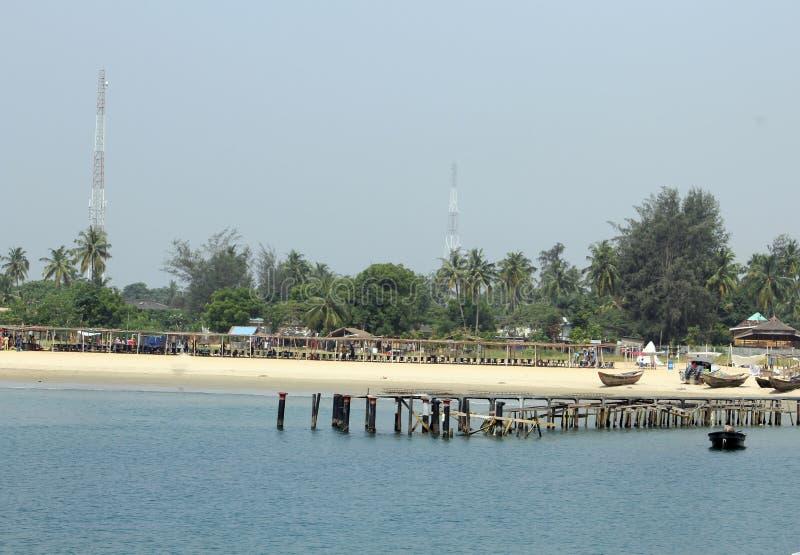 Houten brug bij het strandtoevlucht Eti Osa LCDA, Lagos Nigeria van de takwabaai royalty-vrije stock fotografie