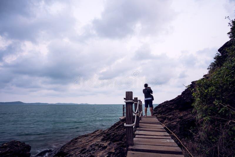 Houten brug binnen aan het overzees stock fotografie