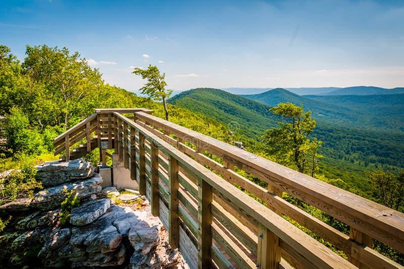 Houten brug en mening van de Appalachian Bergen van Grote Sch stock fotografie