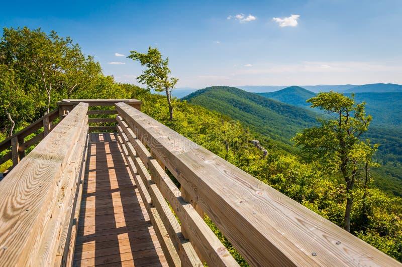 Houten brug en mening van de Appalachian Bergen van Grote Sch stock afbeeldingen