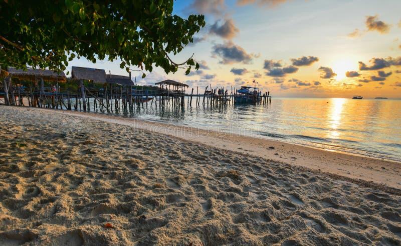 Houten brug en mooie zonsondergang royalty-vrije stock afbeeldingen