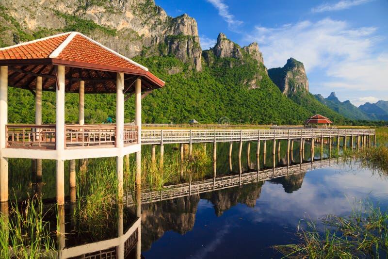 Houten Brug in meer bij nationaal park, Thailand stock afbeeldingen