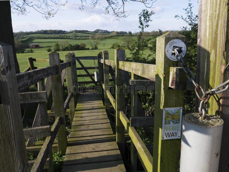 Houten Brug op open Nene Way Footpath Gate stock afbeelding