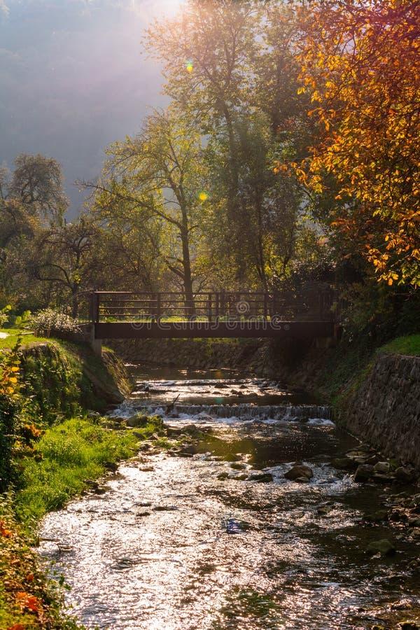 Houten brug over een rivier in de herfst in Samobor dichtbij Zagreb, Kroatië royalty-vrije stock afbeeldingen