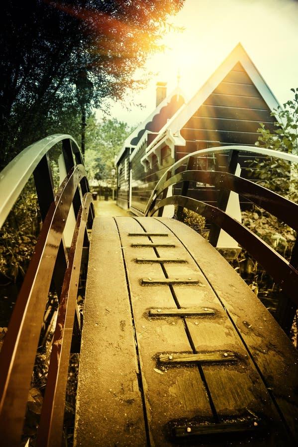 Houten brug over kanaal in de kleine stad van Holland stock afbeelding