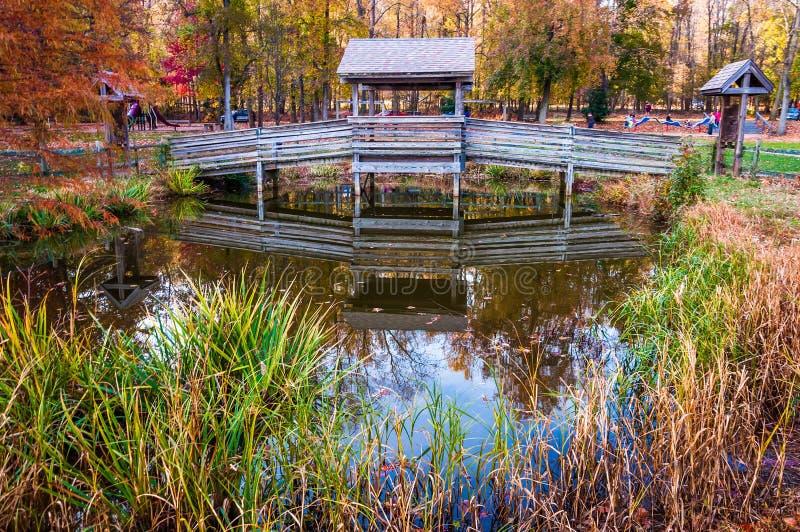 Houten brug over kleine vijver in Leesylvania-het Park van de Staat, Virgini stock foto's