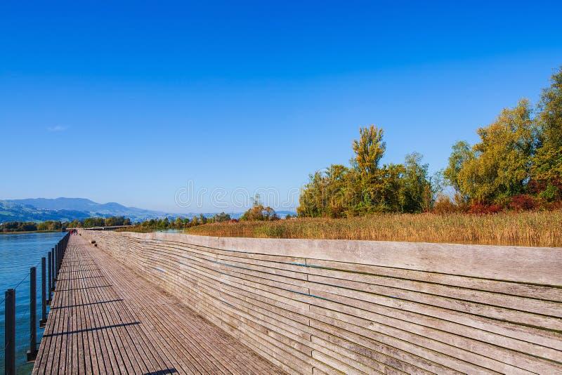Houten brug over Meer Zürich in Zwitserland stock afbeeldingen
