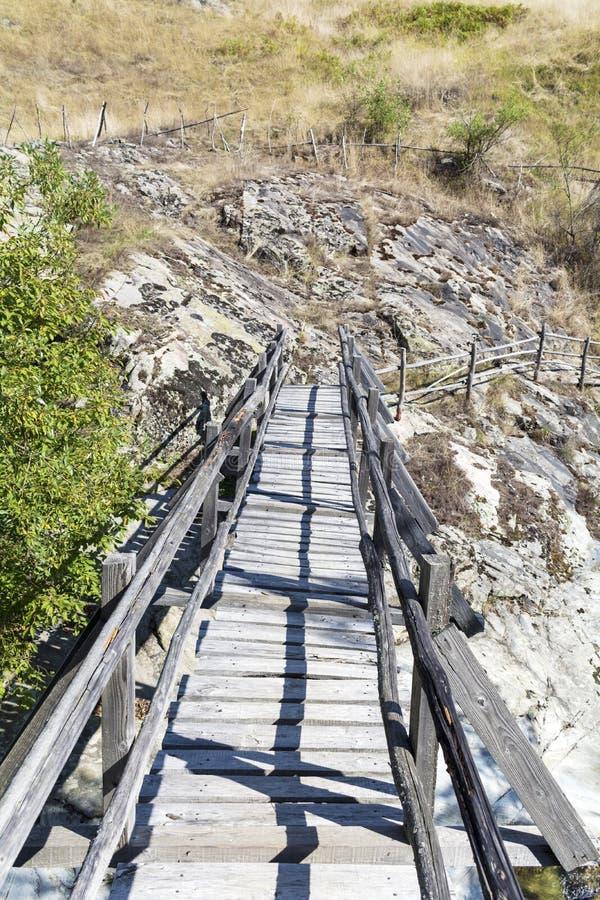 Houten brug in Rhodope-berg Bulgarije stock foto's
