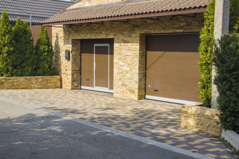 Houten bruine dubbele garagedeuren royalty-vrije stock afbeelding
