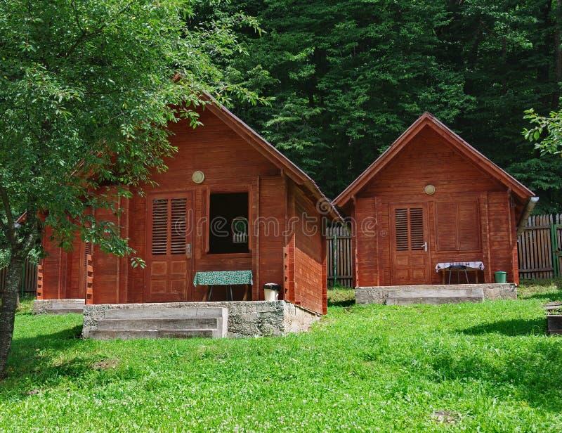 Houten bungalow in het kamperen stock fotografie