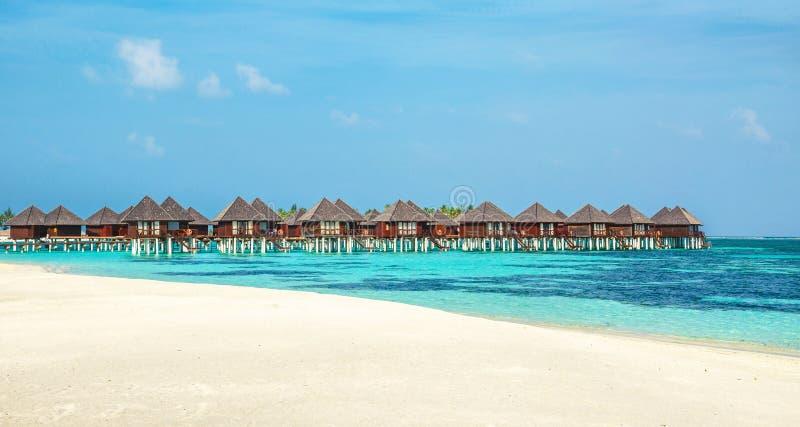 Houten bungalow op de achtergrond van azuurblauw water en blauwe hemel, de Maldiven royalty-vrije stock foto