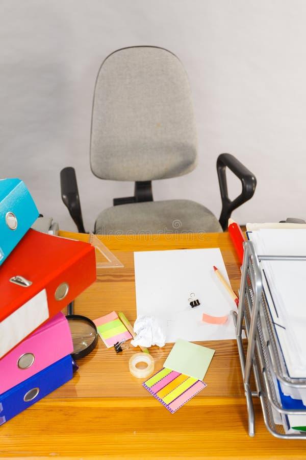 Houten bureauhoogtepunt van kleurrijke ringsbindmiddelen stock afbeelding