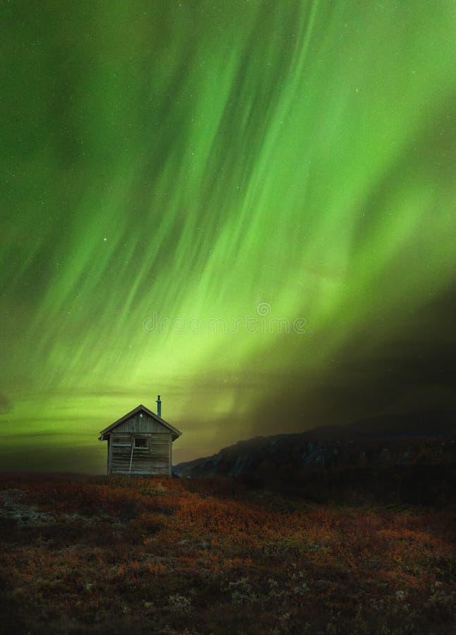 Houten cabine in Noorse bergen genoemd Sylan Mooie Aurora Borealis stock foto's