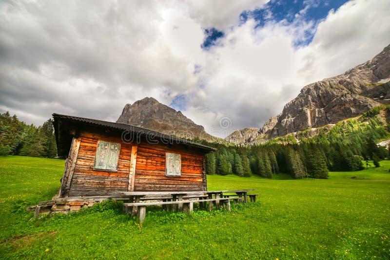 Houten cabine op een weide in Dolomiet royalty-vrije stock afbeeldingen