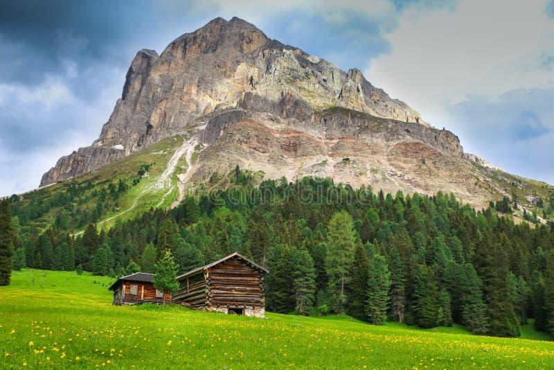 Houten cabine op een weide in Dolomiet stock afbeeldingen