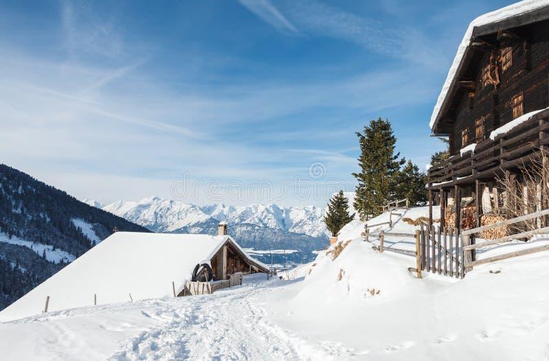 Houten cabines in de Oostenrijkse Alpen in de sneeuw stock afbeeldingen