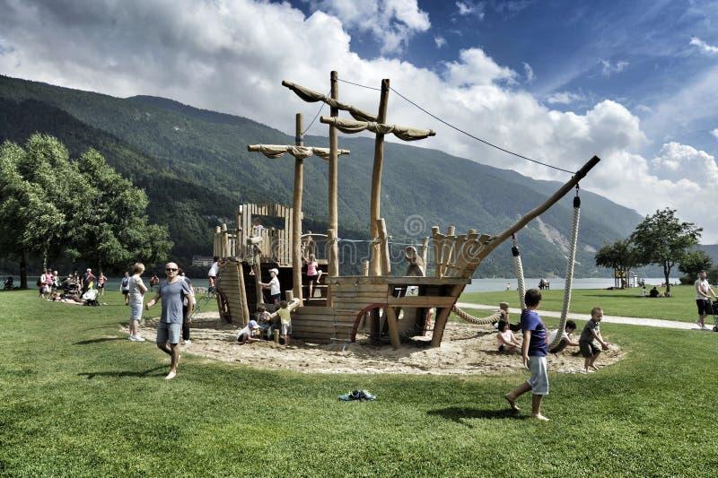 houten carrousel voor kinderen in de vorm van een varend schip de foto werd genomen in Molveno, Italië, Lago Di Molveno stock afbeelding