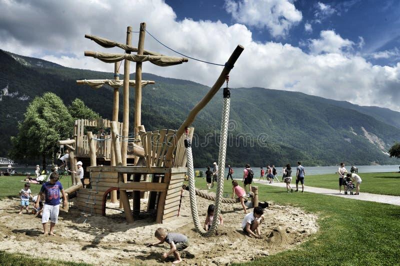 houten carrousel voor kinderen in de vorm van een varend schip de foto werd genomen in Molveno, Italië, Lago Di Molveno stock fotografie