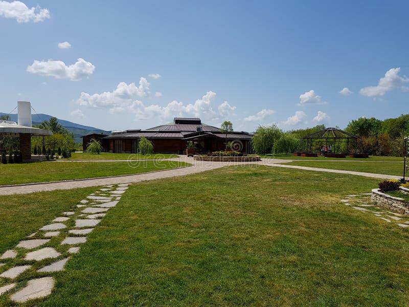 Houten ceremonie, huwelijksrestaurant met gras en wegen die van stenen worden gemaakt royalty-vrije stock afbeeldingen