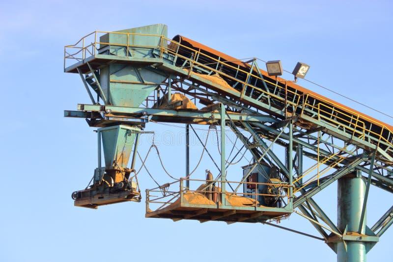 Houten Chip Conveyor en Lader stock afbeeldingen