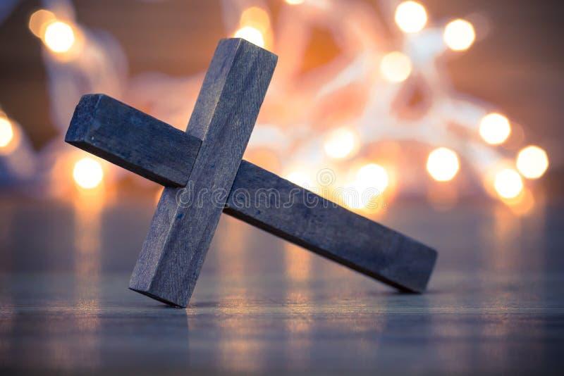 Houten christelijk kruis stock afbeeldingen