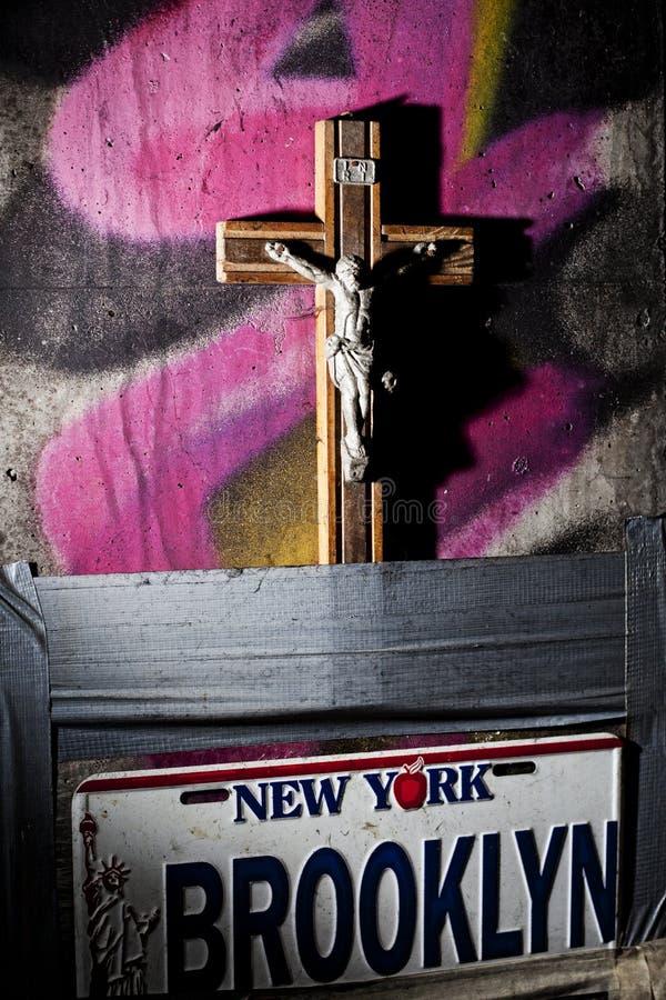 Houten christelijk kruis met Jesus Christ-standbeeld royalty-vrije stock afbeeldingen