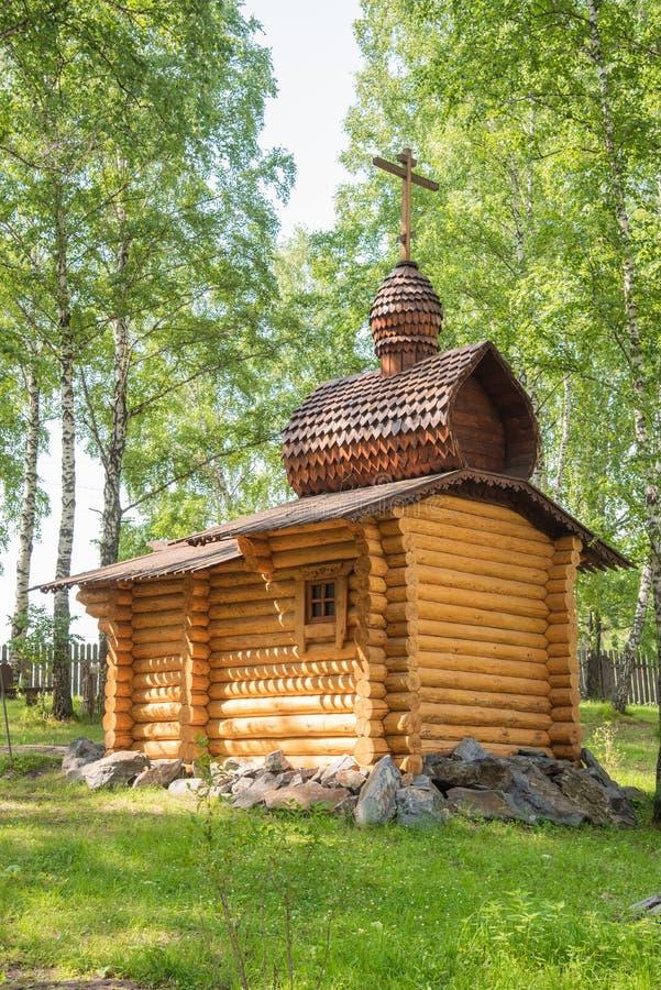 Houten christelijke kapel in het bos, Siberië stock fotografie