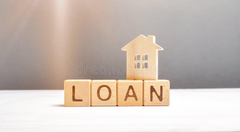 Houten cijfer van het huis en de kubussen met de inschrijvingslening Hypotheekprogramma's en de aankoop van betaalbare huisvestin royalty-vrije stock fotografie