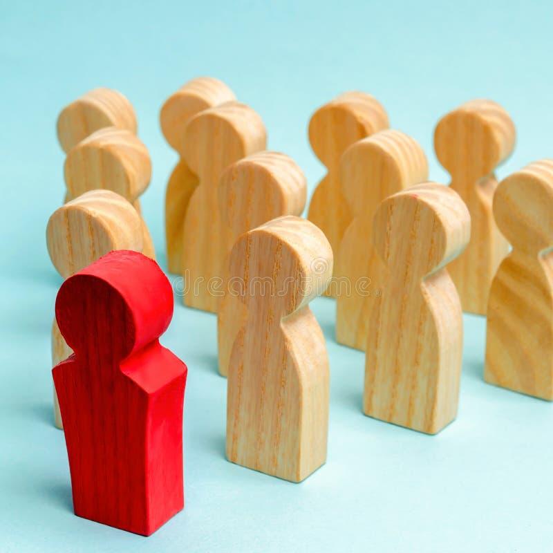Houten cijfers van mensen De werkgever van het commerci?le team wijst op de richting van beweging aan het doel De menigte volgt royalty-vrije stock foto's