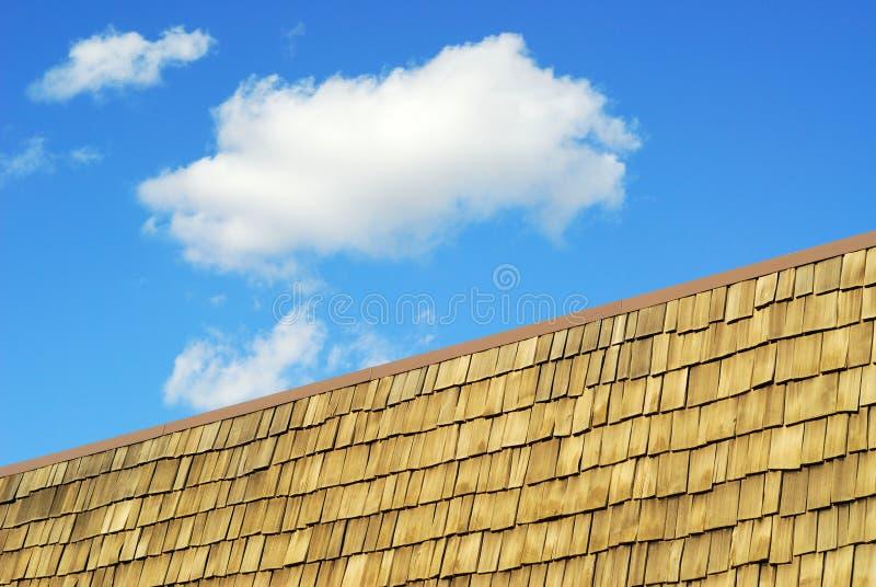 houten dak en hemel stock afbeelding