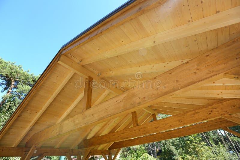 Houten dakbouw van openluchtcarport stock foto